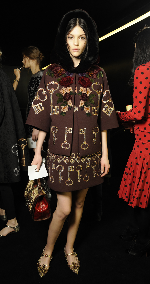 04-Dolce-and-Gabbana-fall-winter-2014-2015-womens-fashion-show-embroidery-details