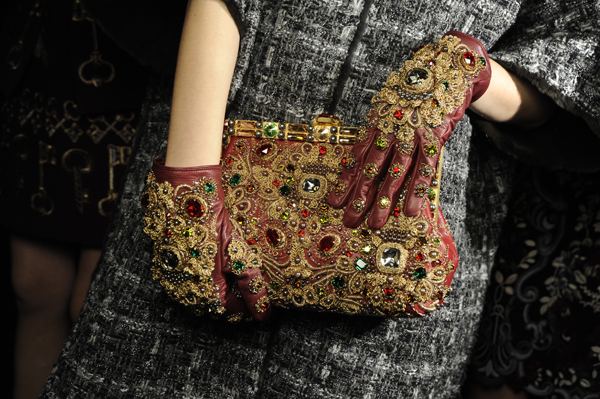 14-Dolce-and-Gabbana-fall-winter-2014-2015-womens-fashion-show-clutch-glove-details